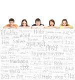 Adolescentes con una cartelera gigante, en blanco, blanca Foto de archivo libre de regalías