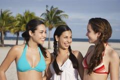 Adolescentes dans des bikinis sur la plage Photo stock