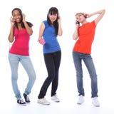 Adolescentes dansant l'amusement en musique de téléphone portable Photographie stock libre de droits