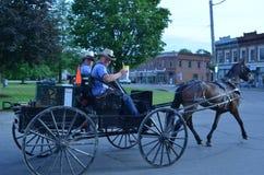 Adolescentes de Amish en la pequeña ciudad América Fotos de archivo