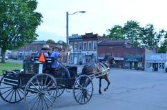 Adolescentes de Amish en la pequeña ciudad América Imágenes de archivo libres de regalías