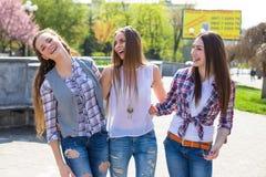Adolescentes de hippie ayant l'amusement dans le parc d'été Image libre de droits