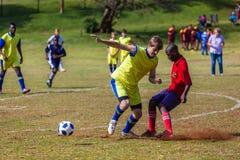 Adolescentes de la acción del fútbol del fútbol Imagen de archivo libre de regalías