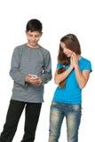 Adolescentes de la manera con un teléfono celular Fotos de archivo libres de regalías