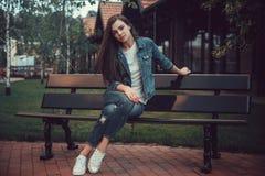 Adolescentes de la muchacha que caminan alrededor de la ciudad Hermosa, la chica joven en amor está esperando a su novio Fotografía de archivo libre de regalías