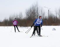 Adolescentes de las competencias del esquí del invierno Foto de archivo