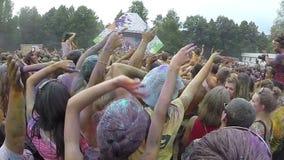 Adolescentes de las muchachas que agitan las manos a la música en la cámara lenta del festival metrajes