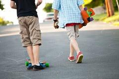 Adolescentes de Longboarder Imagenes de archivo