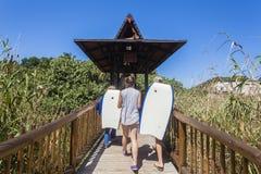 Adolescentes de los días de fiesta de la playa Imagenes de archivo