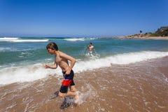 Adolescentes de los días de fiesta de la playa Imágenes de archivo libres de regalías