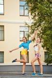 Adolescentes de los mejores amigos en parque Reunión divertida Fotos de archivo libres de regalías