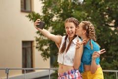 Adolescentes de los mejores amigos en parque Selfie Imagen de archivo libre de regalías