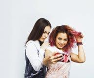 Adolescentes de los mejores amigos junto que se divierten, planteando el fondo blanco aislado emocional, sonrisa feliz de los bes Imagen de archivo libre de regalías