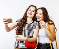 Adolescentes de los mejores amigos junto que se divierten, presentación emocional Fotos de archivo libres de regalías
