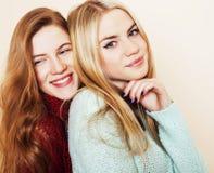 Adolescentes de los mejores amigos junto que se divierten, presentación emocional Imágenes de archivo libres de regalías