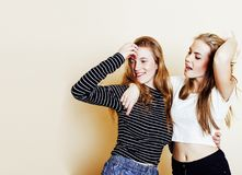 Adolescentes de los mejores amigos junto que se divierten, presentación emocional Fotos de archivo