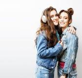 Adolescentes de los mejores amigos junto que se divierten, presentación emocional Foto de archivo