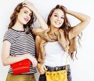 Adolescentes de los mejores amigos junto que se divierten, presentación emocional en el fondo blanco, sonrisa feliz de los bestie Imagenes de archivo