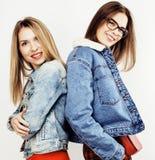 Adolescentes de los mejores amigos junto que se divierten, presentación emocional en el fondo blanco, sonrisa feliz de los bestie Imagen de archivo
