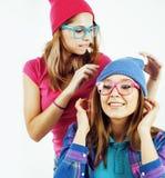 Adolescentes de los mejores amigos junto que se divierten, presentación emocional en el fondo blanco, sonrisa feliz de los bestie Foto de archivo libre de regalías