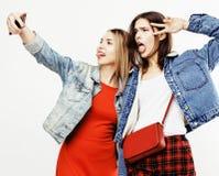 Adolescentes de los mejores amigos junto que se divierten, presentación emocional en el fondo blanco, sonrisa feliz de los bestie Fotos de archivo libres de regalías