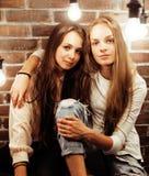 Adolescentes de los mejores amigos junto que se divierten, presentación emocional en el fondo blanco, sonrisa feliz de los bestie Fotografía de archivo
