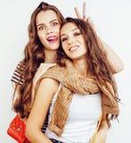 Adolescentes de los mejores amigos junto que se divierten, presentación emocional en el fondo blanco, sonrisa feliz de los bestie Fotografía de archivo libre de regalías