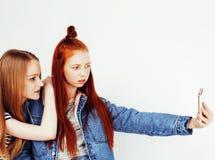 Adolescentes de meilleurs amis ayant ensemble l'amusement, pose émotive sur le fond blanc, sourire heureux de besties, mode de vi Photos libres de droits