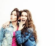 Adolescentes de meilleurs amis ayant ensemble l'amusement, pose émotive sur le fond blanc, sourire heureux de besties, mode de vi Photo libre de droits