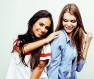 Adolescentes de meilleurs amis ayant ensemble l'amusement, pose émotive sur le fond blanc, sourire heureux de besties, mode de vi Image stock
