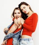 Adolescentes de meilleurs amis ayant ensemble l'amusement, pose émotive sur le fond blanc, sourire heureux de besties, mode de vi Photos stock