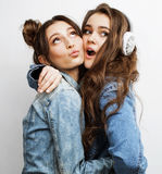 Adolescentes de meilleurs amis ayant ensemble l'amusement, pose émotive sur le fond blanc, sourire heureux de besties, mode de vi Photographie stock libre de droits