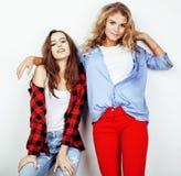 Adolescentes de meilleurs amis ayant ensemble l'amusement, pose émotive sur le fond blanc, sourire heureux de besties, mode de vi Images stock