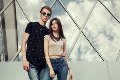 Adolescentes de mirada frescos que presentan en estilo de la moda Fotos de archivo libres de regalías