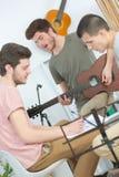 Adolescentes de moda del retrato tres que juegan música Fotografía de archivo libre de regalías