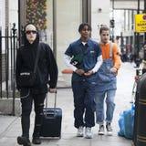 Adolescentes de moda vestidos con los dreadlocks que caminan abajo de la calle Imagen de archivo