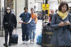 Adolescentes de moda vestidos con los dreadlocks que caminan abajo de la calle Fotografía de archivo