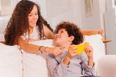 Adolescentes de risa que charlan usando el teléfono celular Fotografía de archivo libre de regalías