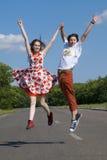 Adolescentes de salto Fotos de archivo libres de regalías