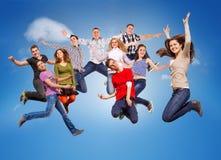 Adolescentes de salto felices Imágenes de archivo libres de regalías