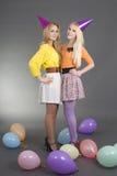 Adolescentes de sorriso com balões coloridos Fotografia de Stock