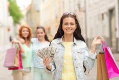 Adolescentes de sourire avec des paniers sur la rue Photographie stock libre de droits