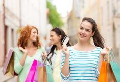Adolescentes de sourire avec des paniers sur la rue Image stock