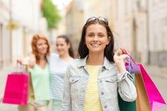 Adolescentes de sourire avec des paniers sur la rue Photos stock