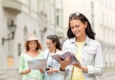 Adolescentes de sourire avec les guides et l'appareil-photo de ville Photo libre de droits