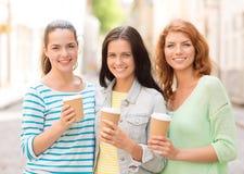 Adolescentes de sourire avec sur la rue Photo libre de droits