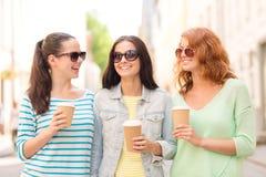 Adolescentes de sourire avec sur la rue Images stock