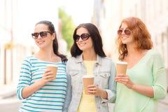 Adolescentes de sourire avec sur la rue Photos stock