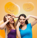 Adolescentes de sourire ayant l'amusement Image libre de droits