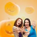 Adolescentes de sourire ayant l'amusement Image stock